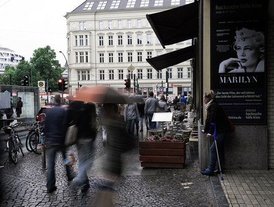 Wie hier in Berlin zeigte sich das Wochenendwetter bisher überwiegend nass und kühl.