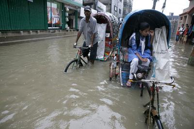 Überflutete Straßen in Chittagong (Bangladesh) nach heftigem Monsunregen